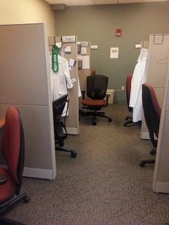 ein hier typischer Büroraum - hier sind 6 Arbeitsmöglichkeiten vorhanden
