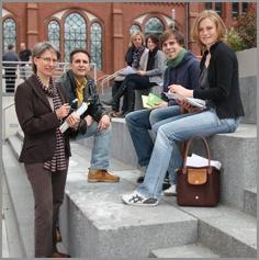FH-Diakonie: Gruppe Studierender auf dem Campus
